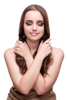Mooie vrouw die met haar juwelen in manierconcept iso pronken