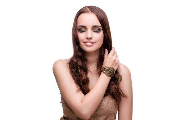 Mooie vrouw die met haar juwelen in manierconcept iso pronkt