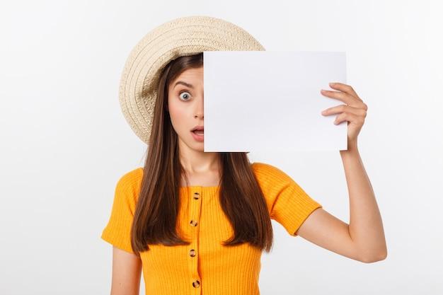 Mooie vrouw die met hoed leeg document houdt