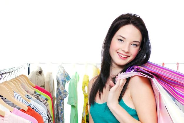Mooie vrouw die met zakken in handen winkelt