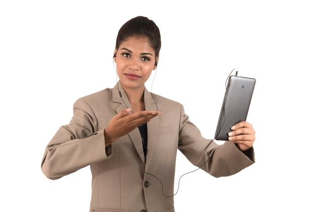 Mooie vrouw die online in een videoconferentie spreekt door smartphone te gebruiken en tekens te tonen