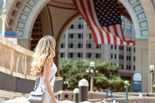 Mooie vrouw die op de straten van de stad van boston loopt