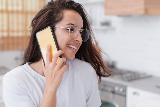 Mooie vrouw die op de telefoon spreekt