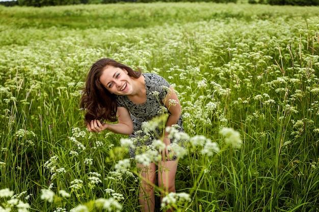 Mooie vrouw die op de zomer springt