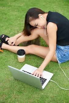 Mooie vrouw die op een film op laptop let