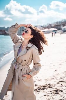 Mooie vrouw die op het strand loopt