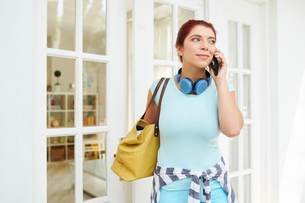 Mooie vrouw die op telefoon roept