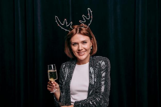 Mooie vrouw die oudejaarsavond viert