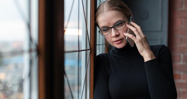 Mooie vrouw die over telefoon spreekt