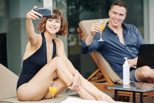 Mooie vrouw die selfie met man in resort