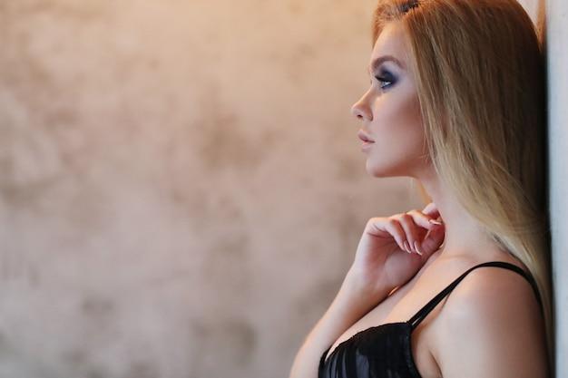 Mooie vrouw die sexy zwarte lingerie draagt