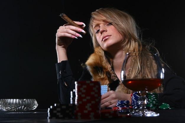 Mooie vrouw die sigaar rookt