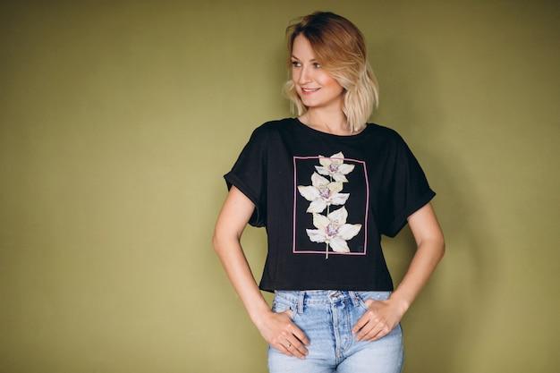 Mooie vrouw die t-shirt draagt