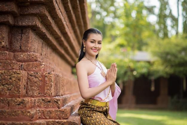 Mooie vrouw die typische thaise kleding draagt