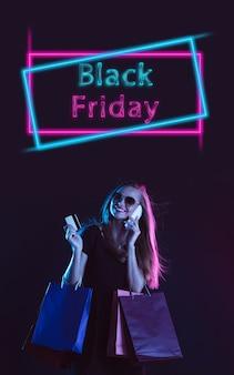 Mooie vrouw die uitnodigt om te winkelen in zwarte vrijdag, verkoopconcept.