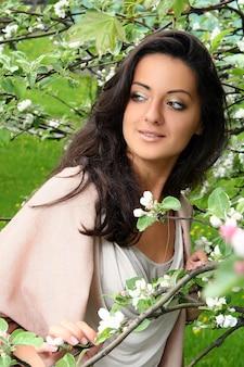 Mooie vrouw die van de lente in park geniet