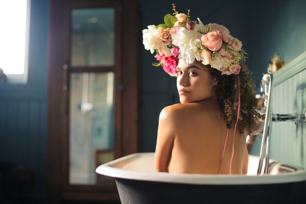Mooie vrouw die van een bad geniet