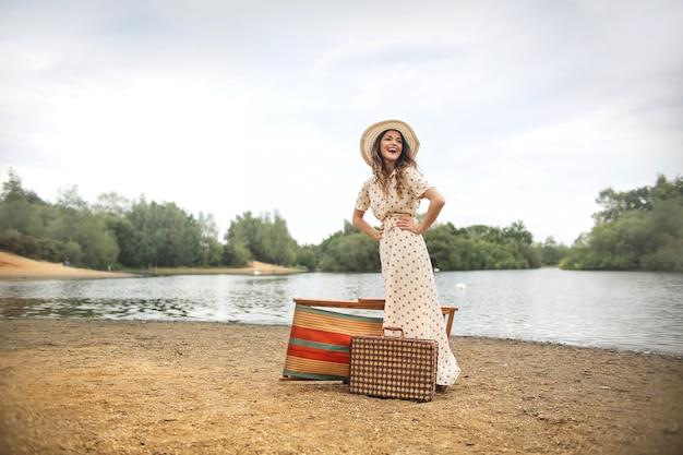 Mooie vrouw die van een dag geniet bij het meer