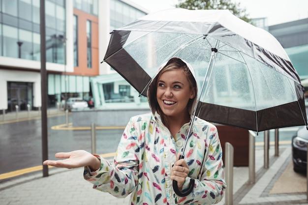 Mooie vrouw die van regen geniet
