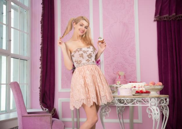 Mooie vrouw die verjaardagspartij voorbereiden