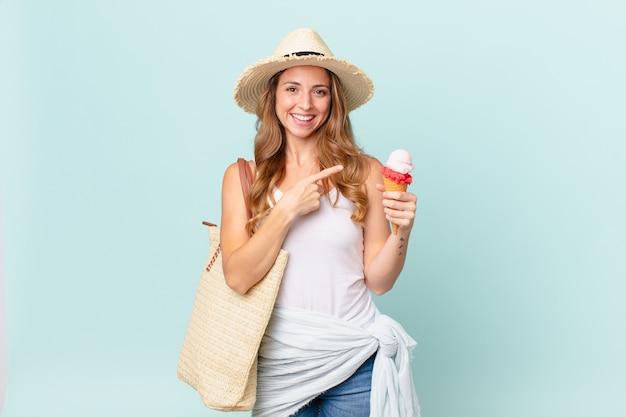 Mooie vrouw die vrolijk lacht, zich gelukkig voelt en naar de zijkant wijst. zomer concept