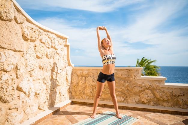 Mooie vrouw die yoga beoefent