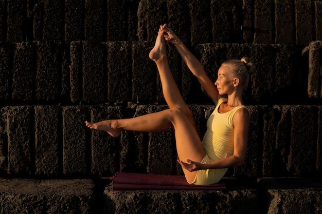 Mooie vrouw die yoga doet. bali