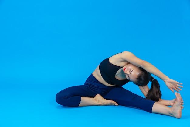 Mooie vrouw die yoga doet