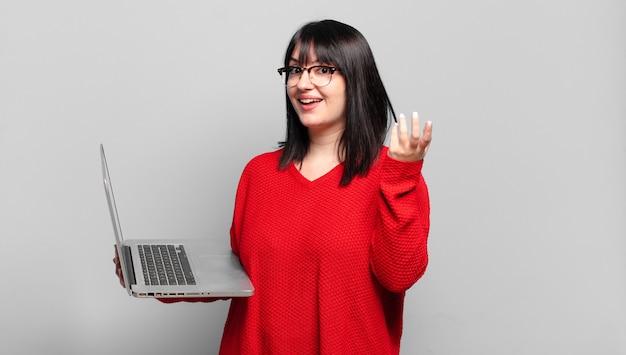 Mooie vrouw die zich blij, verrast en opgewekt voelt, lacht met een positieve instelling, een oplossing of idee realiseert