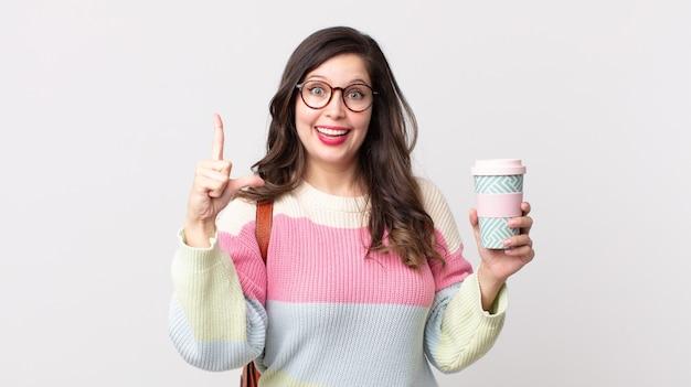 Mooie vrouw die zich een gelukkig en opgewonden genie voelt na het realiseren van een idee. studentenconcept
