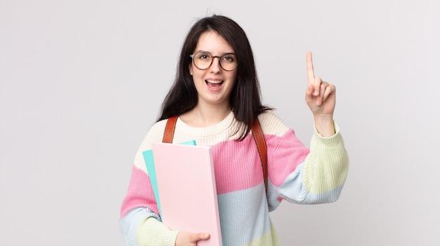 Mooie vrouw die zich een gelukkig en opgewonden genie voelt na het realiseren van een idee. universitair studentenconcept