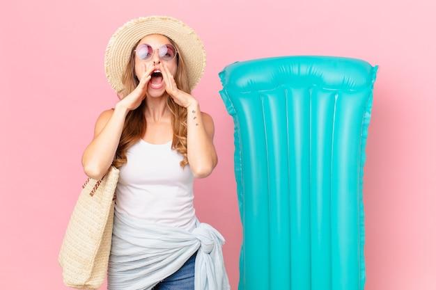 Mooie vrouw die zich gelukkig voelt, een grote schreeuw geeft met de handen naast de mond. zomer concept