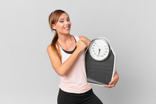 Mooie vrouw die zich gelukkig voelt en een uitdaging aangaat of viert. dieet concept