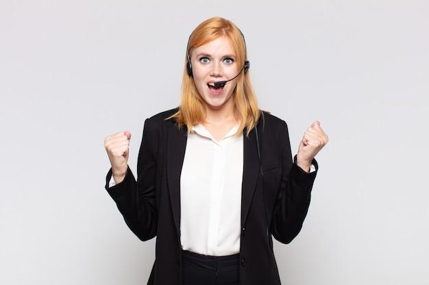 Mooie vrouw die zich geschokt, opgewonden en gelukkig voelt, lacht en succes viert, en zegt wow!