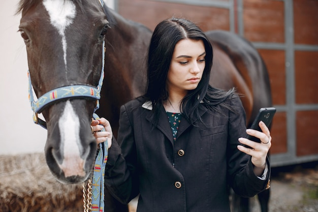 Mooie vrouw die zich met een paard bevindt