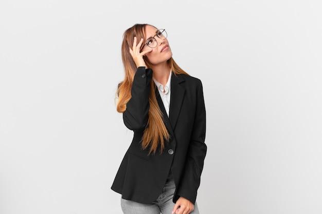 Mooie vrouw die zich verveeld, gefrustreerd en slaperig voelt na een vermoeiende bedrijfsconcept