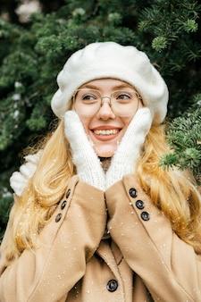 Mooie vrouw die zich voordeed in het park in de winter