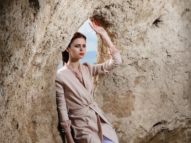 Mooie vrouw die zich voordeed op het zand model reizen