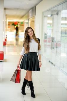 Mooie vrouw doet een aankoop in het winkelcentrum