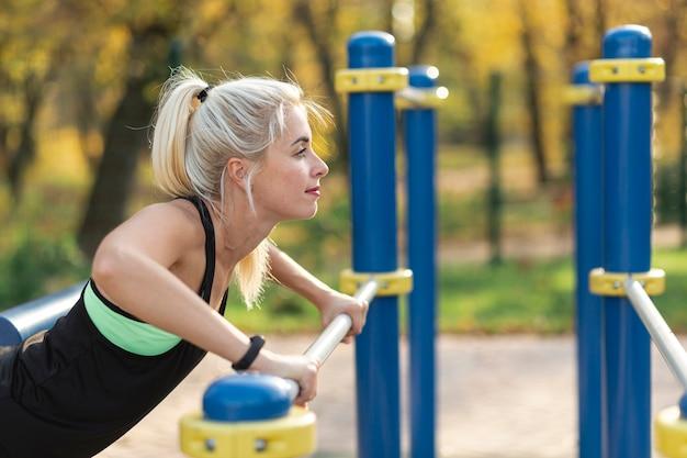 Mooie vrouw doet push ups