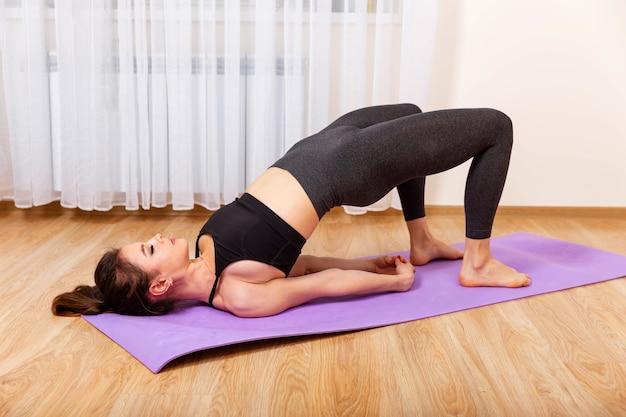 Mooie vrouw doet yoga jonge sportieve vrouw beoefenen van yoga