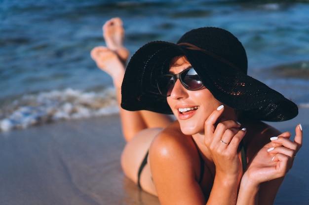 Mooie vrouw door de oceaan
