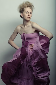 Mooie vrouw draagt roze jurk poseren