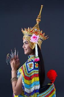 Mooie vrouw draagt thaise zuidelijke volksdansen kostuum