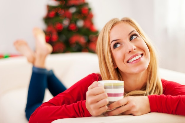 Mooie vrouw droomt van kerstcadeautjes