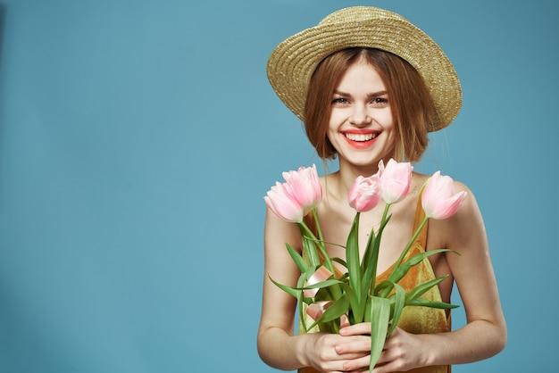 Mooie vrouw elegante stijl leuke levensstijl boeket bloemen blauw