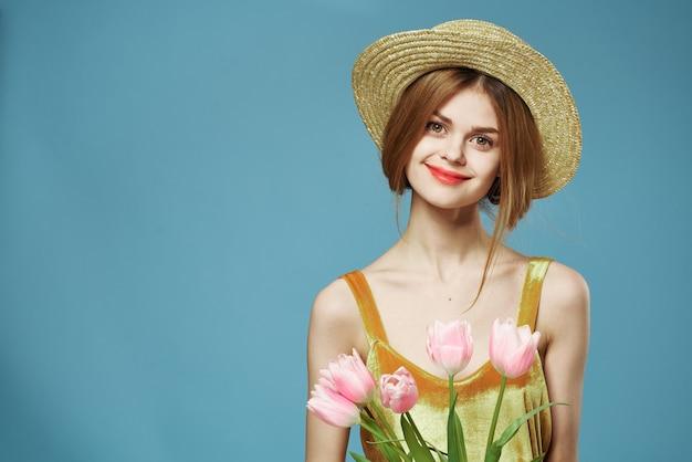 Mooie vrouw elegante stijl leuke levensstijl boeket bloemen blauwe achtergrond
