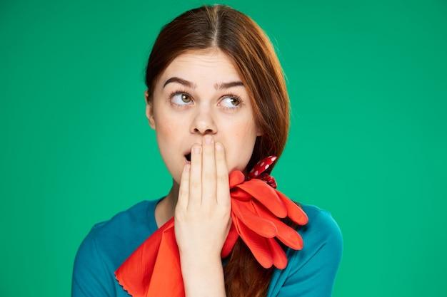 Mooie vrouw emoties schoonmaken verrast rubberen handschoenen kijken groen