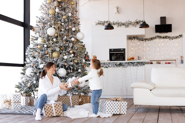 Mooie vrouw en dochter op kerstmis