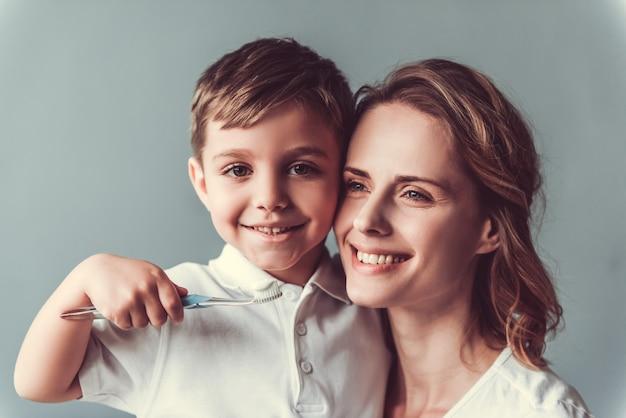 Mooie vrouw en haar schattige kleine zoon knuffelen.